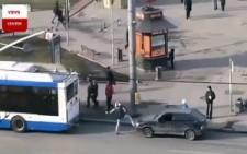 Aracını yolcu otobüsüne bağladı ve olanlar oldu :)