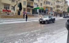 Buzlu yolda tutunmaya çalışan araçlar