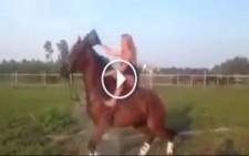 Sıcaktan Bunalan Kız At üzerinde Soğuk Suyu Üzerine Dökerse Bakın Neler Olur…