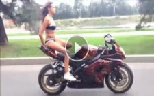Motosiklet Üzerinde Akrobasinin Dibine Vuran Rus Kadın